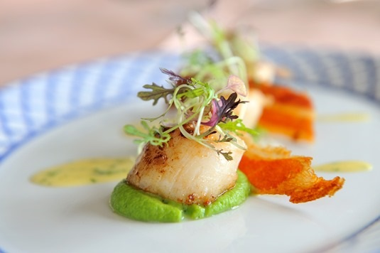 Scallops with pea puree & crispy Pancetta